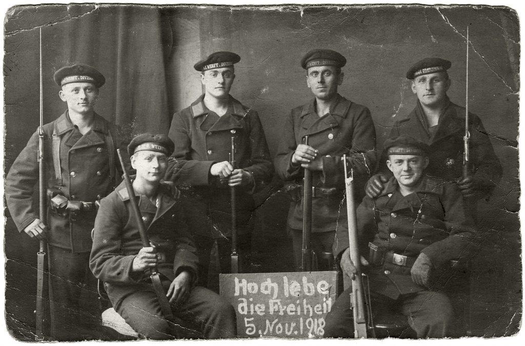 Revolutionäre Matrosen, Foto: Anton Busch, aus dem Kieler Stadt- und Schifffahrtmuseum