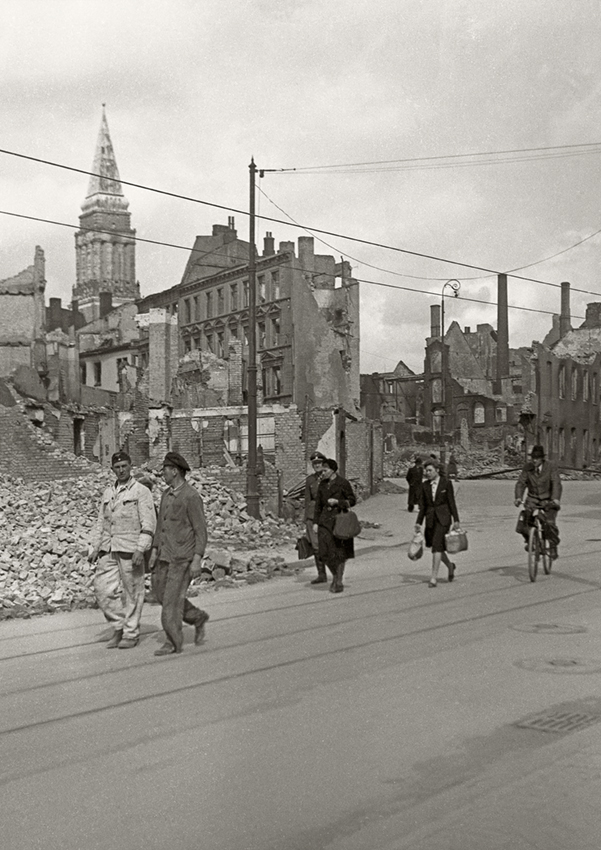 Passanten vor den Trümmern der Holstenstraße 1944, Foto aus dem Stadtarchiv Kiel