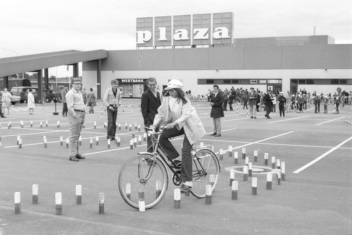 Fahrradtournier vor dem neuen Plaza-Markt 1971, Foto von Friedrich Magnussen aus dem Stadtarchiv Kiel