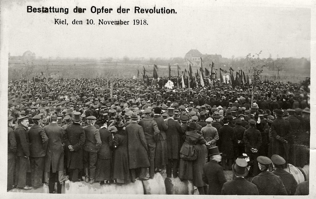 Bestattung der Opfer der Revolution, Postkarte aus dem Stadtarchiv Kiel